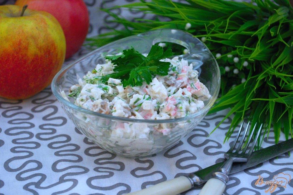 Фото приготовление рецепта: Салат с крабовыми, рисом и грибами шаг №8