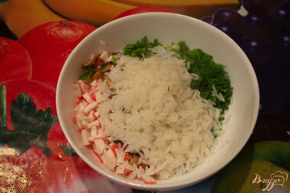 Фото приготовление рецепта: Салат с крабовыми, рисом и грибами шаг №6