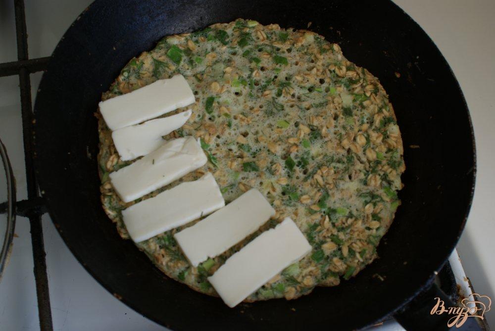 Фото приготовление рецепта: Овсяный блинчик с сыром и зеленью шаг №6
