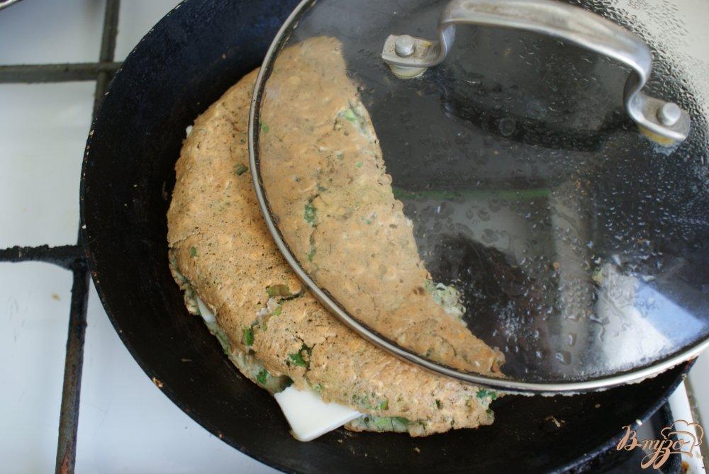Фото приготовление рецепта: Овсяный блинчик с сыром и зеленью шаг №7