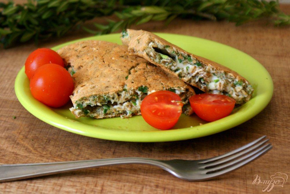 Фото приготовление рецепта: Овсяный блинчик с сыром и зеленью шаг №8