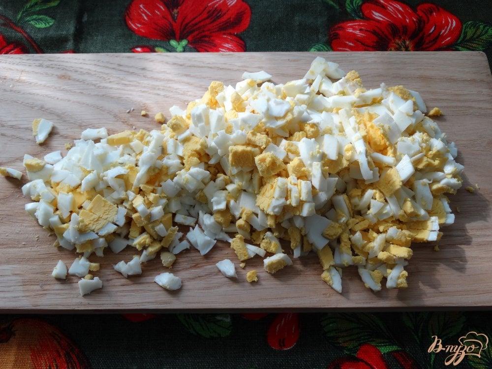 Фото приготовление рецепта: Окрошка с копченым кальмаром шаг №3