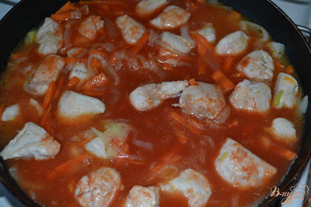 Фото приготовление рецепта: Курица в томатном соусе шаг №3