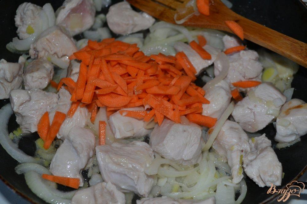 Фото приготовление рецепта: Курица в томатном соусе шаг №2