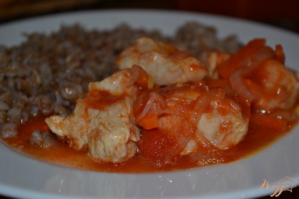 Фото приготовление рецепта: Курица в томатном соусе шаг №5