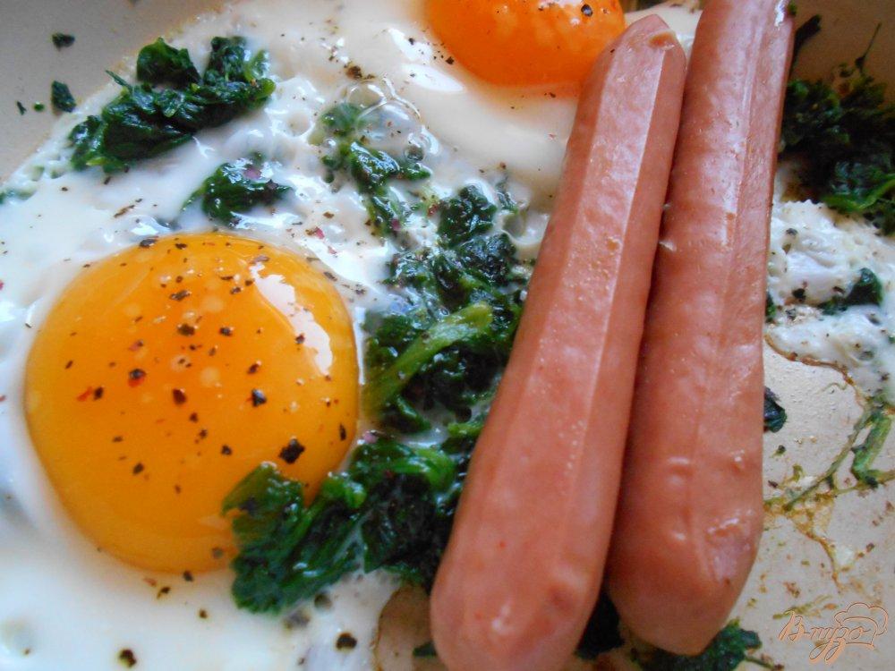 Фото приготовление рецепта: Яичница со шпинатом и сосисками шаг №6