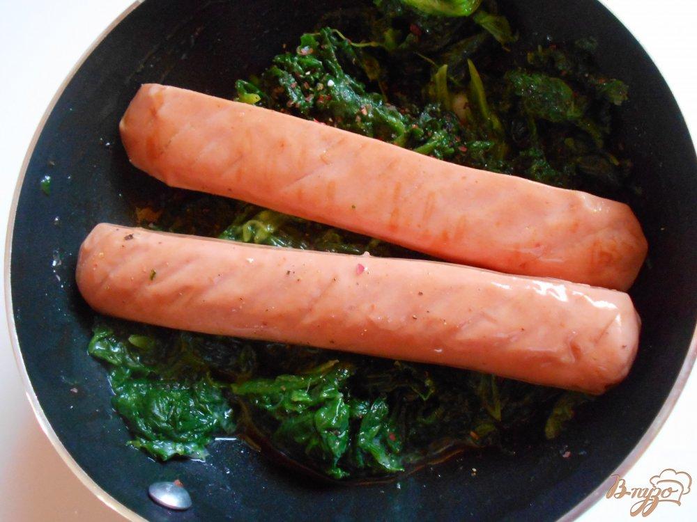 Фото приготовление рецепта: Яичница со шпинатом и сосисками шаг №4