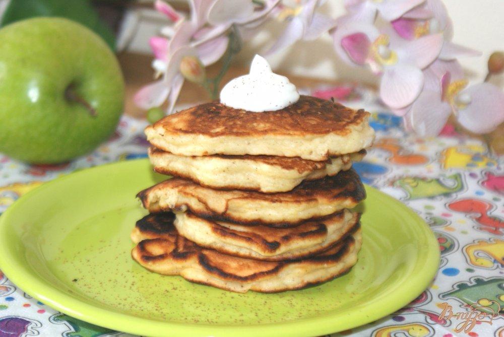 Фото приготовление рецепта: Оладьи с яблоком и корицей шаг №8