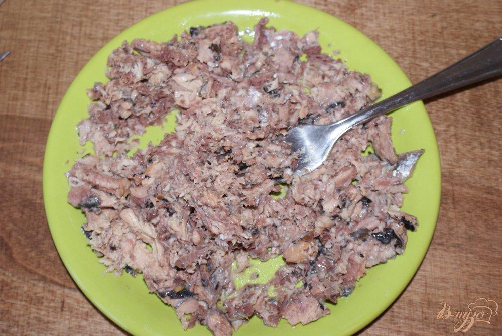 Фото приготовление рецепта: Слоеный рыбный салат шаг №7