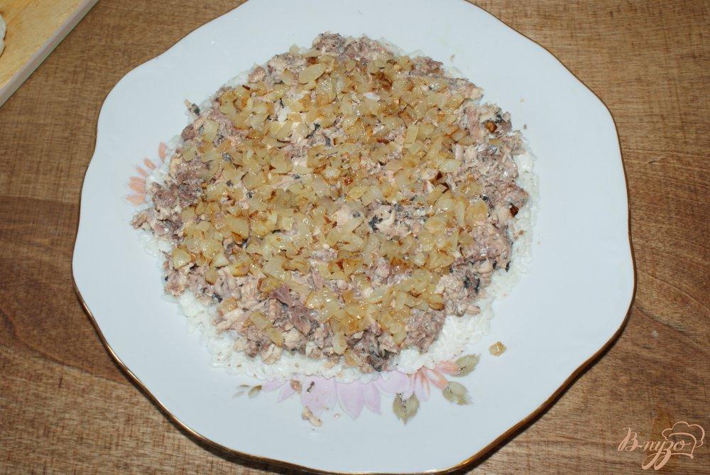 Фото приготовление рецепта: Слоеный рыбный салат шаг №8