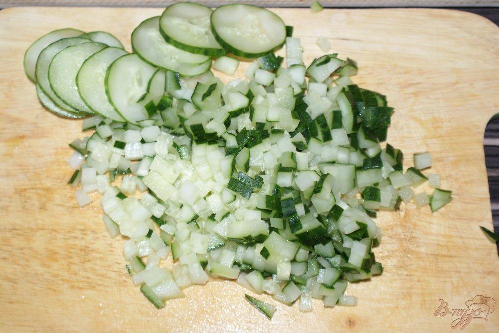Фото приготовление рецепта: Слоеный рыбный салат шаг №3