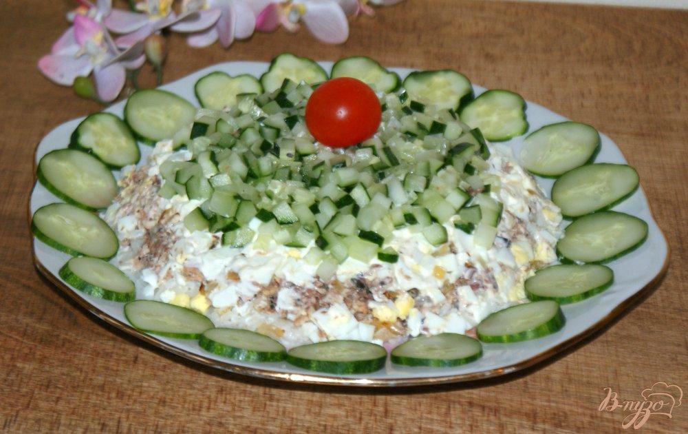 Фото приготовление рецепта: Слоеный рыбный салат шаг №10