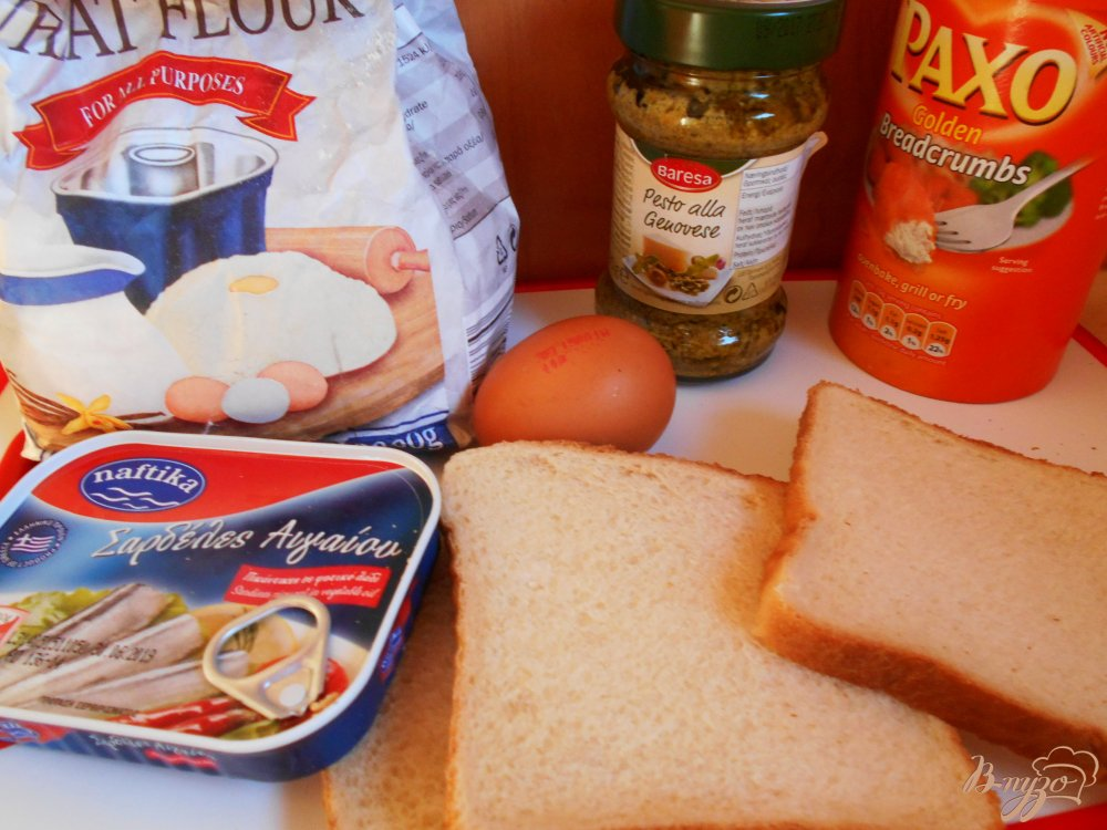 Фото приготовление рецепта: Рыбные пирожки из бутербродного хлеба с соусом песто шаг №1
