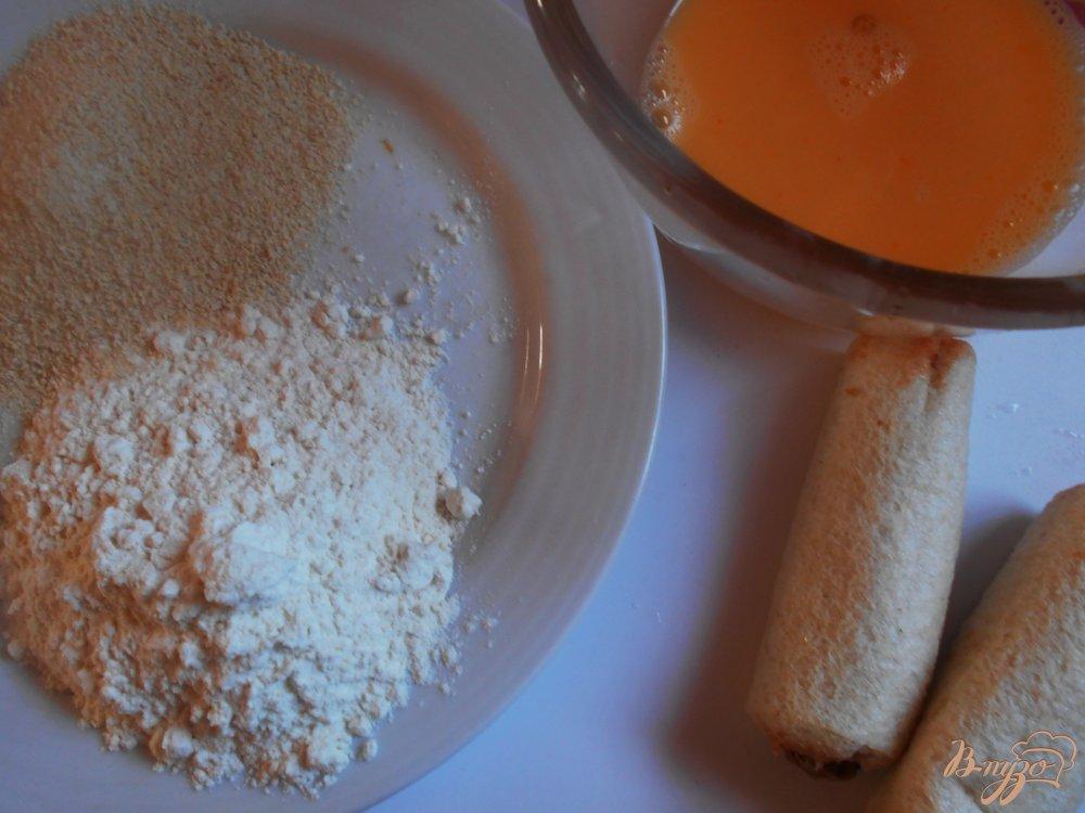Фото приготовление рецепта: Рыбные пирожки из бутербродного хлеба с соусом песто шаг №7