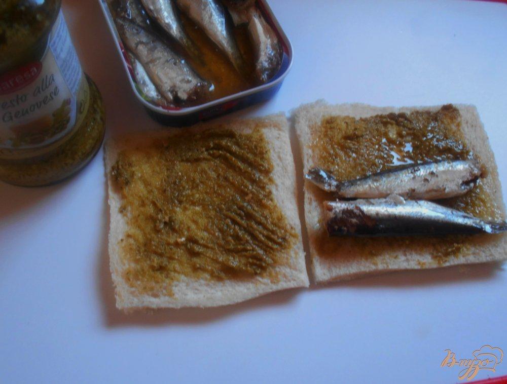 Фото приготовление рецепта: Рыбные пирожки из бутербродного хлеба с соусом песто шаг №4