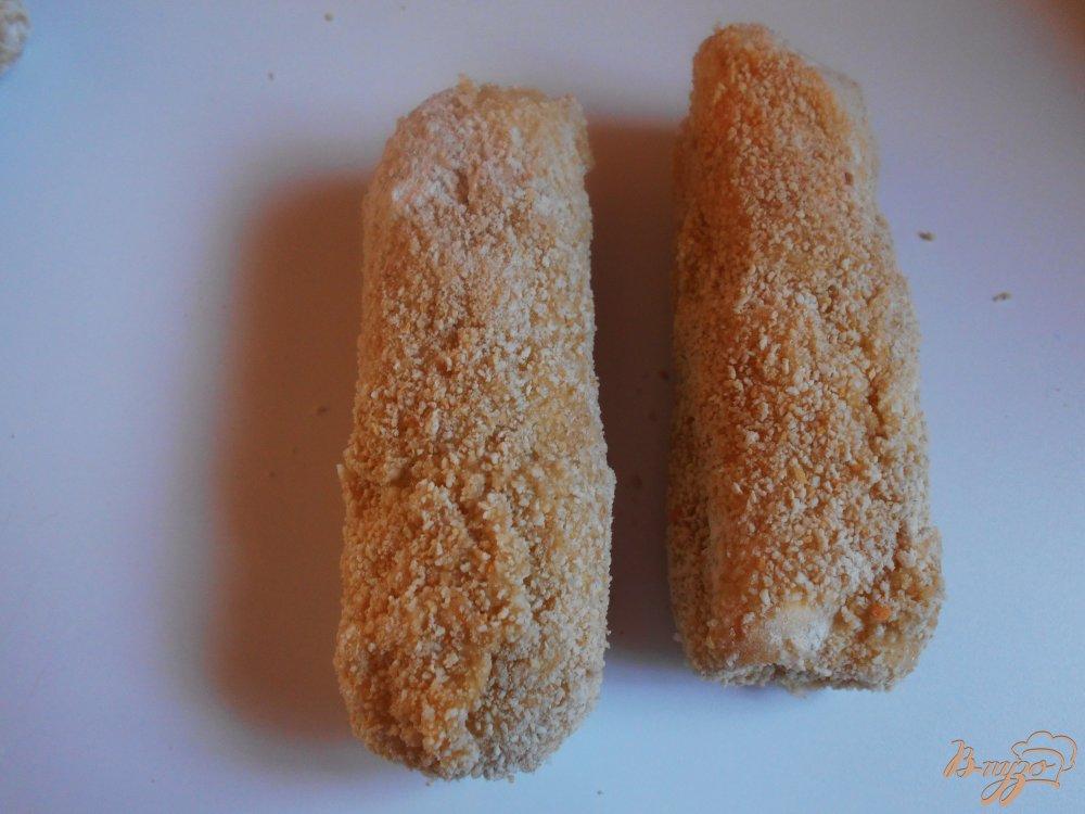 Фото приготовление рецепта: Рыбные пирожки из бутербродного хлеба с соусом песто шаг №8