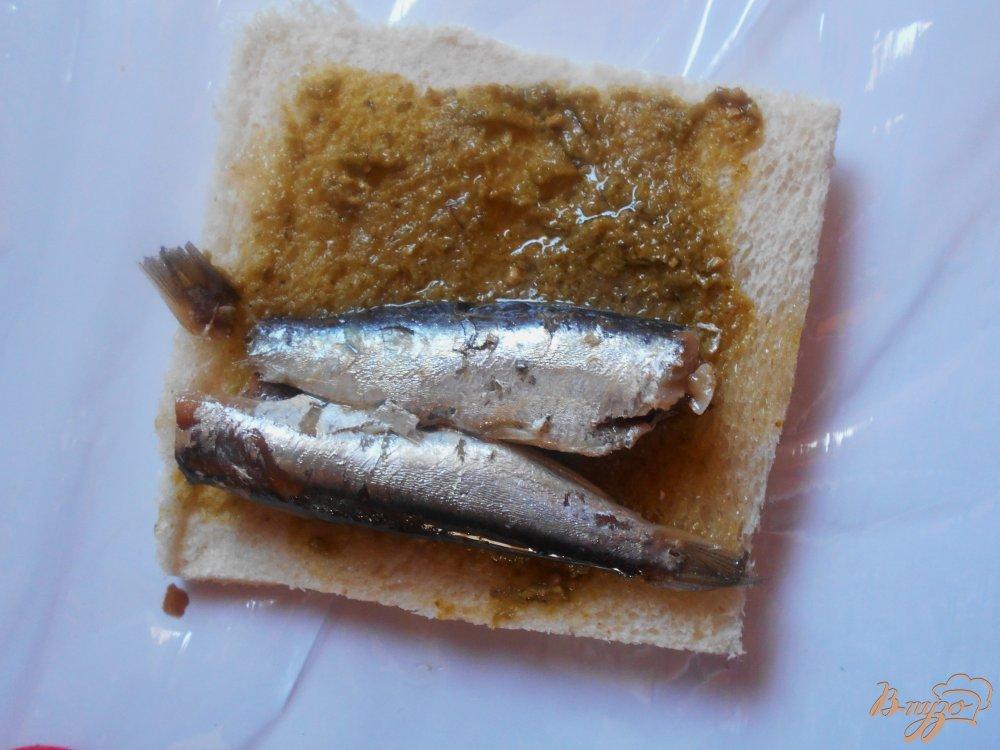 Фото приготовление рецепта: Рыбные пирожки из бутербродного хлеба с соусом песто шаг №5