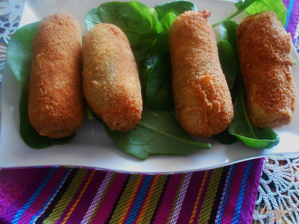 Фото приготовление рецепта: Рыбные пирожки из бутербродного хлеба с соусом песто шаг №9