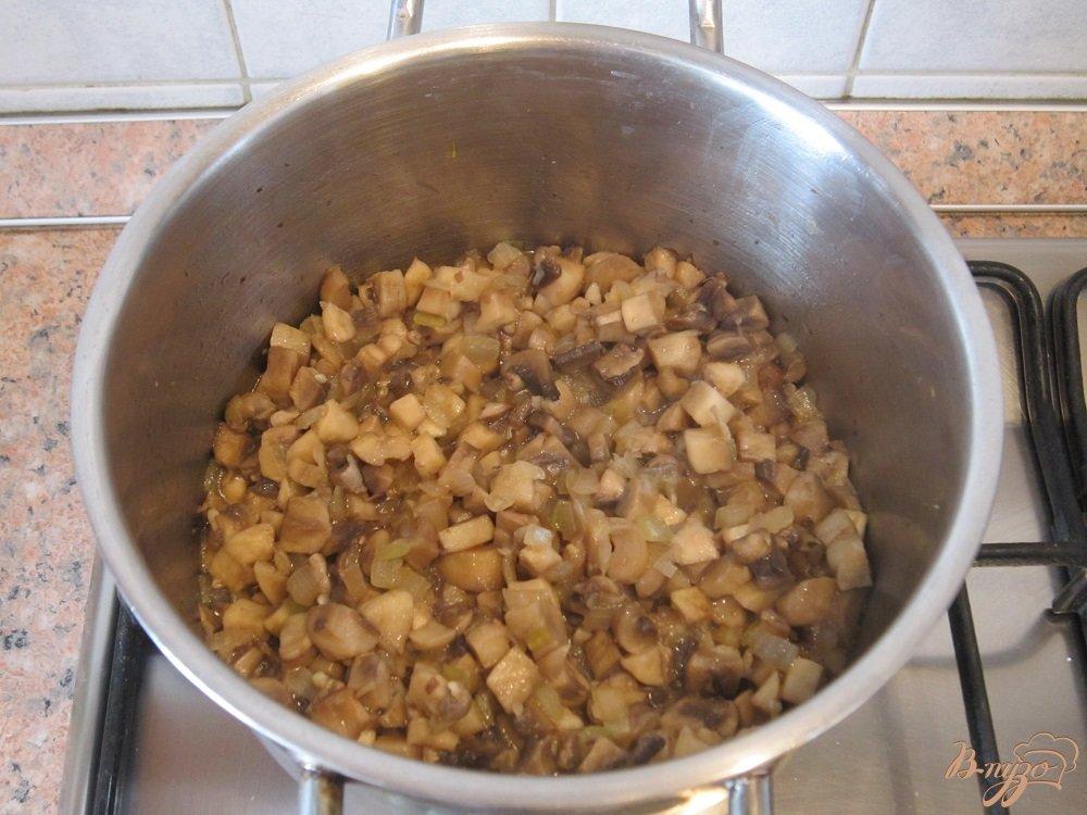 Фото приготовление рецепта: Суп с помидорами и грибами шаг №6