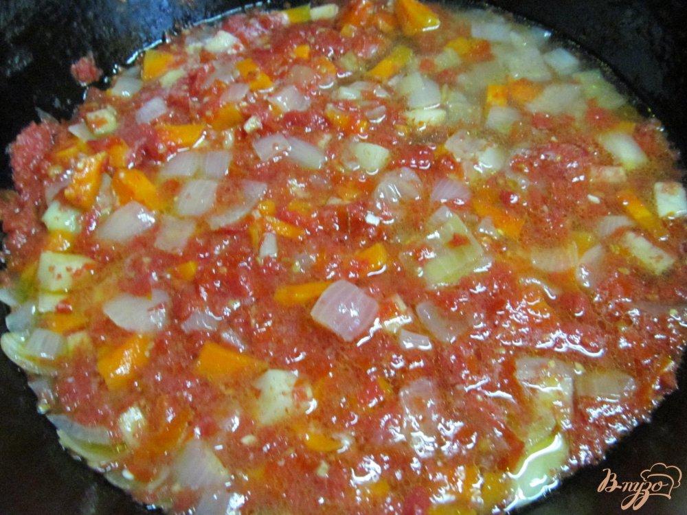 Фото приготовление рецепта: Томатный суп с яйцом шаг №4