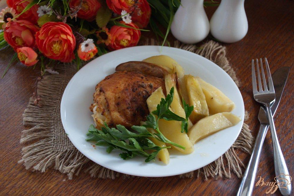 Фото приготовление рецепта: Бедрышки куриные на картофеле в духовке шаг №4