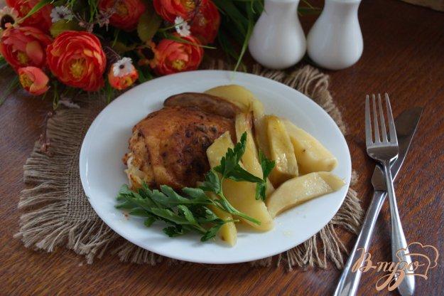 фото рецепта: Бедрышки куриные на картофеле в духовке