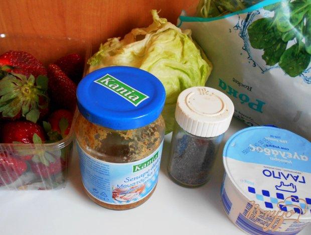 Рецепт Салат с клубникой, рукколой и грецкими орехами