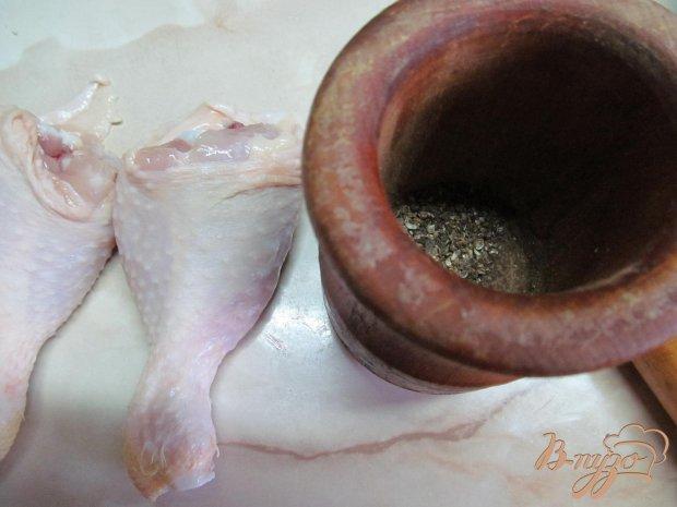 Куриные ножки с печенным луком в горшочке