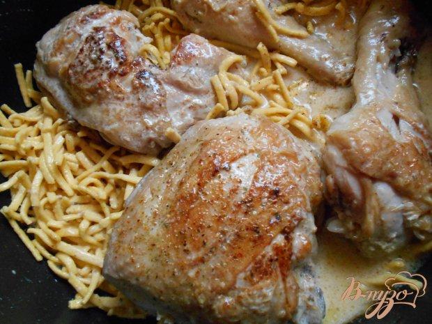 Куриные окорочка с лапшой и эстрагоном