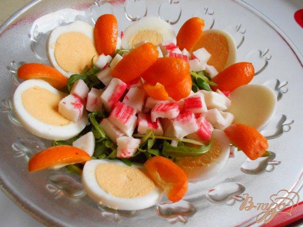 Салат с крабовыми палочками и кумкватами