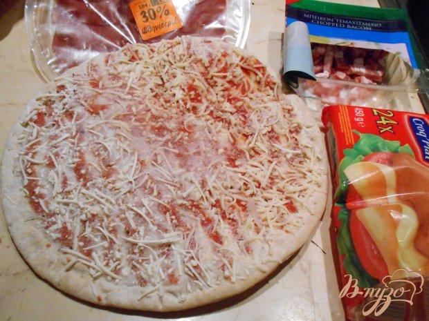 Пицца с сырокопченым мясом и бутербродным сыром