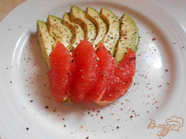 Салат из авокадо, креветок и грейпфрута