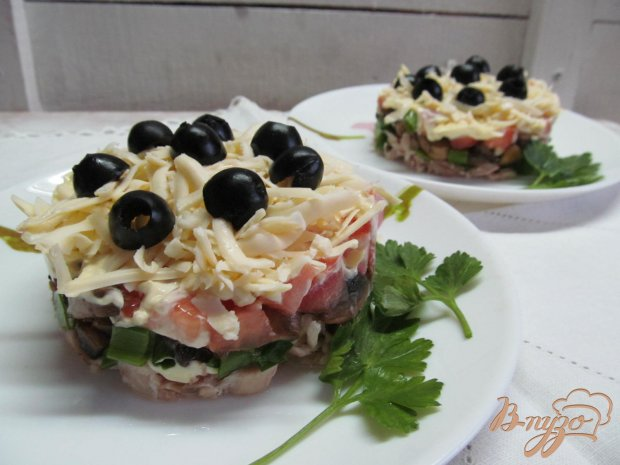 Салат из курицы грибов и помидор