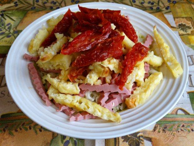Капустный салат с омлетом и колбасой