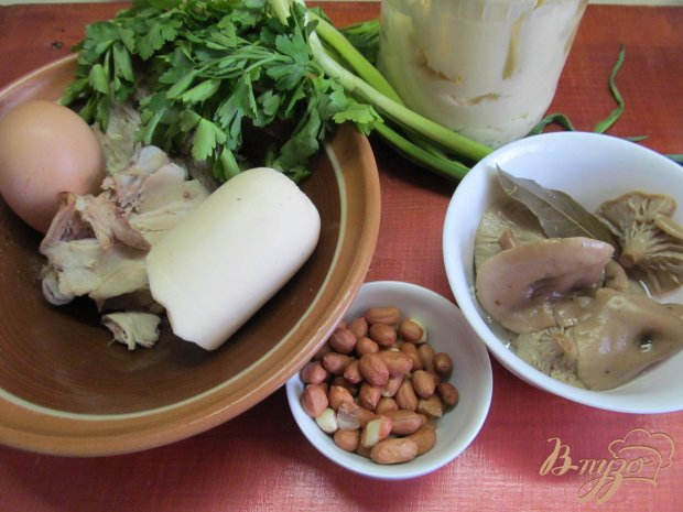 Рецепт Салат из курицы грибов и арахиса