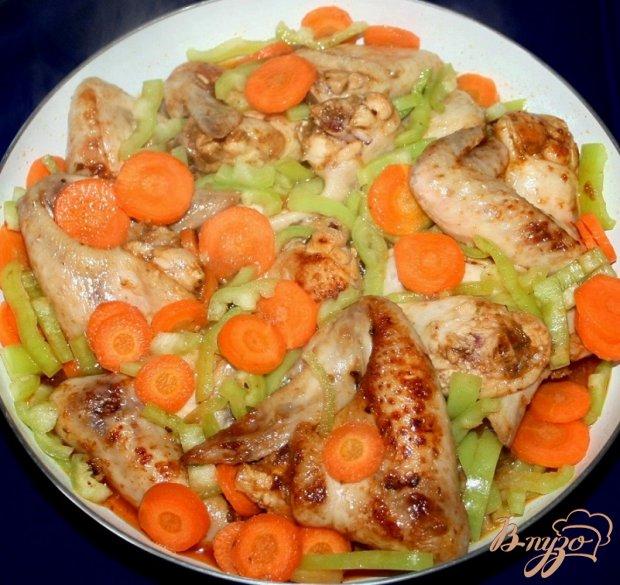 Жареные куриные крылышки с овощами
