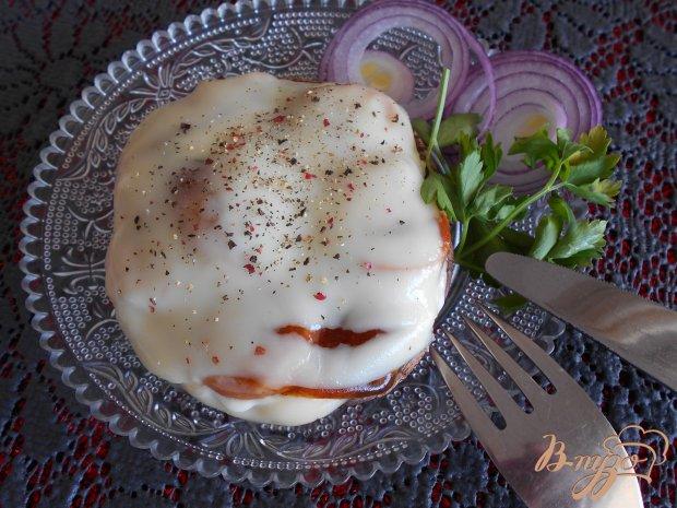 Бургер  из портобелло, фаршированного колбасками