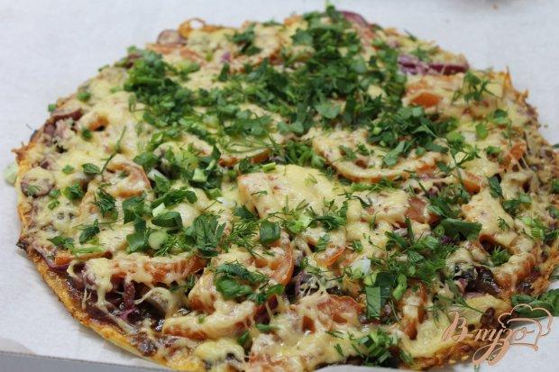 Пицца с охотничьими колбасками и острым соусом