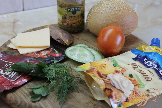 Кунжутная булка с копченой курицей и свежими овощами