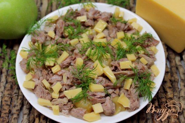 Мясной салат с печеным яблоком