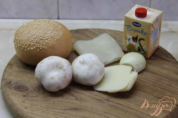 Рецепт Жульен с кальмарами и грибами в кунжутной булке