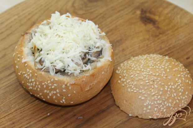 Жульен с кальмарами и грибами в кунжутной булке
