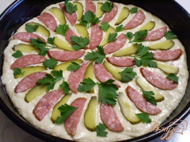 Пицца с копченой колбасой, огурцами и сыром