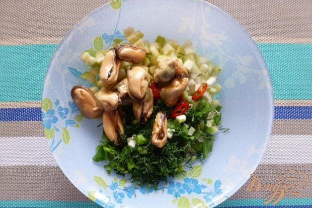 Салат с сельдереем, яблоком и мидиями