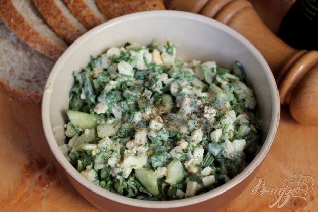 Салат с огурцом, зеленью и яйцом