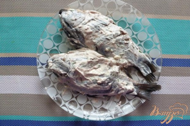 Караси,запеченные в сметанном соусе