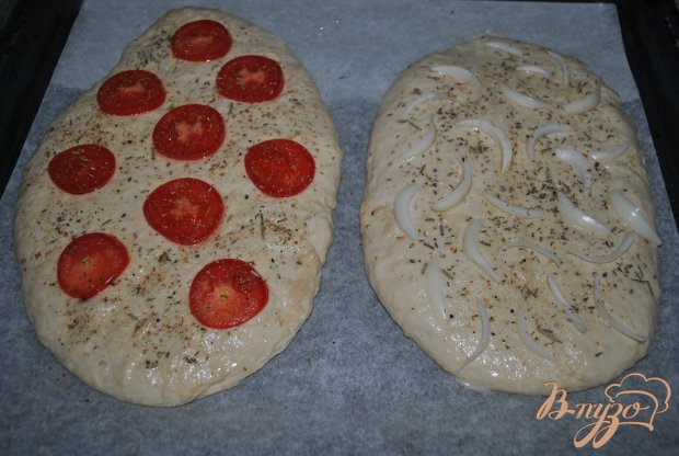 Фокачча с луком, чесноком и помидорами