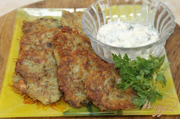 Картофельные драники с грибами и соусом