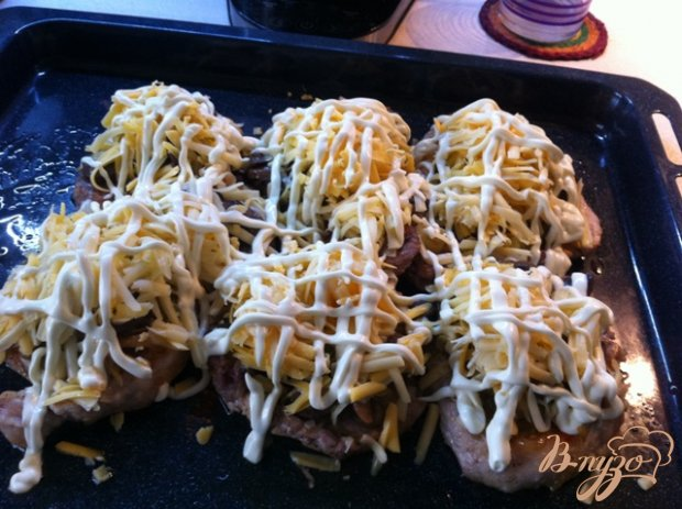 Свинина  запеченная с грибами  сыром.