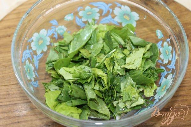 Салат с утиной грудкой и свежими листьями салата
